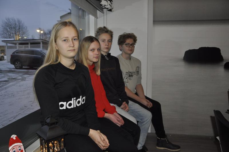 Logiikka pelaa. Essi Kivellä, Olivia Sivula, Heikki Kokkonen ja Wili Huhkio sijoittuivat kärkeen Kannuksen matematiikkakilpailussa.