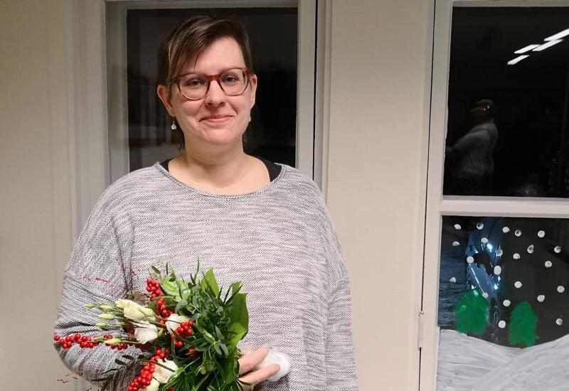 Vuoden raudaskyläläinen Jaana Seppälä kukitettiin koulun joulujuhlassa.