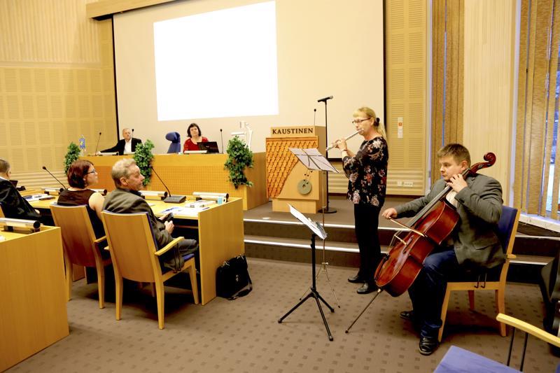 Vuoden viimeisen valtuuston Kaustisella avasi Eija Sepän ja Antti Mäkelän soittama Konstan joululaulu.