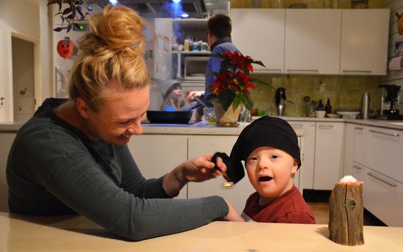 Nelivuotiaan Ukko Hintsalan joulunodotus on täynnä tunnelmaa luovia asioita: pipareiden leipomista ja paistoa, joululaulujen kuuntelua ja viittomista sekä kynttilän sytytystä ja puhaltamista sammuksiin. Tonttulakki sen sijaan ei pysy kauaa päässä, vaikka Laura-äidin kilistämä kulkunen soikin kauniisti myös Ukon mielestä.