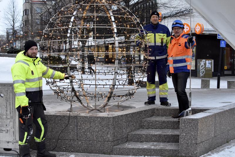 Kokkola Energian Antti Pohjola ja Ari Hilli sekä City Kokkolan Kari Moilanen asensivat ensimmäisen valopallon paikalleen Purjeelle.