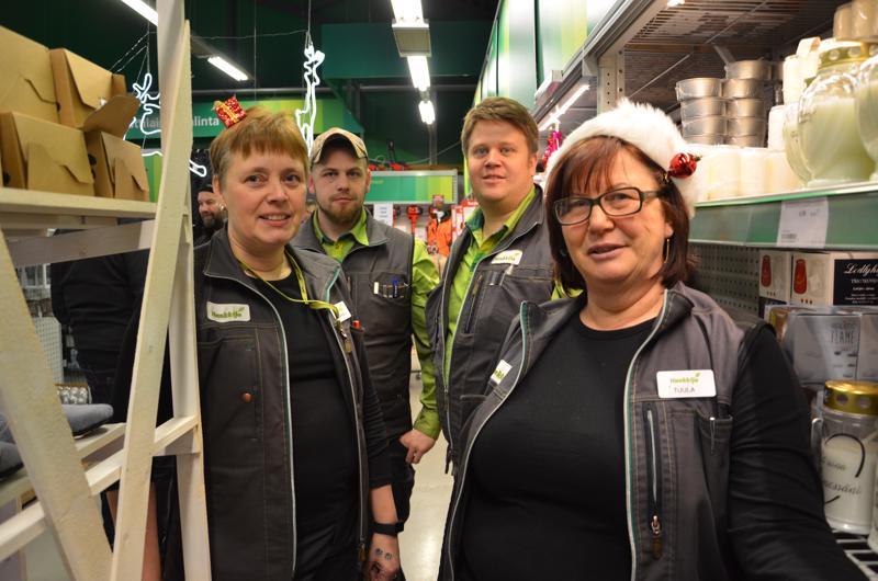 Kaustisen Hankkija vietti nykyisen myymälänsä kaksikymppisiä perjantaina. Kuvassa myymälän työntekijät Sirkka Arkkukangas (vas.), Ismo Köyhäjoki, Rauli Läspä ja Tuula Köyhäjoki.
