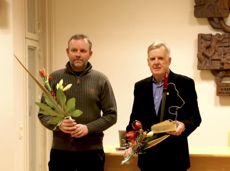 Lions Club Halsua vastaanotti kunnan myöntämän talakoopuukon. Puukon on tehnyt halsualaissyntyinen Matti Kunelius.