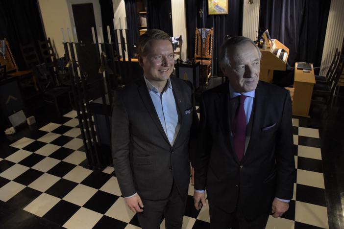 Pietarsaaren loosin mestari Anders Finne (vas.) sai loosinsa syntymäpäiväjuhlien vieraaksi Suomen Suurloosin suurmestarin Jaakko Holkerin.