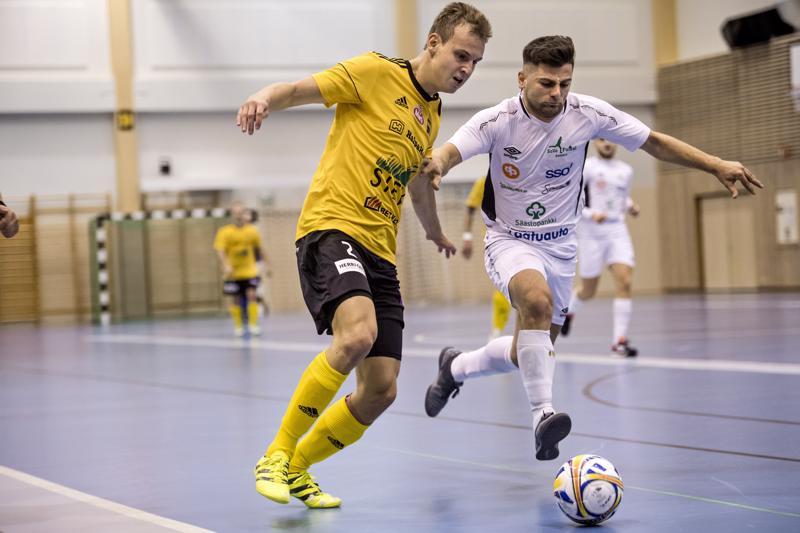 Keltapaitaisen Sievin Aleksi Kylmälä pyrkii maalintekoon lauantaina tamperelaista PP-70:tä vastaan.