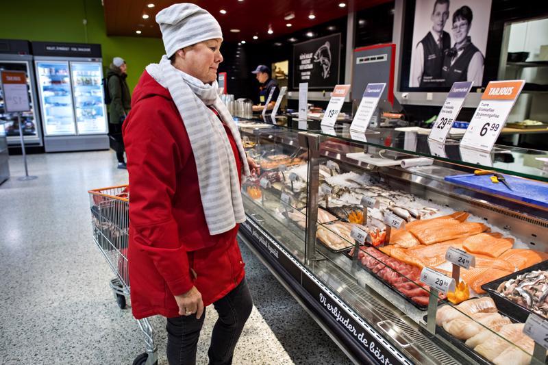 Kokkolalainen Liisa Huhtala-Hassel osti perjantaina norjalaista lohta. Mielessä oli lohikeitto.