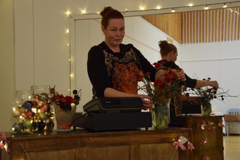 Virva Siermala nauttii juhlien järjestämisestä, kakkujen tekemisestä ja vanhan tavaran hyödyntämisestä. Pikkujoulujen ohella salissa on viime päivinä ollut onnistuneet joulumarkkinat.