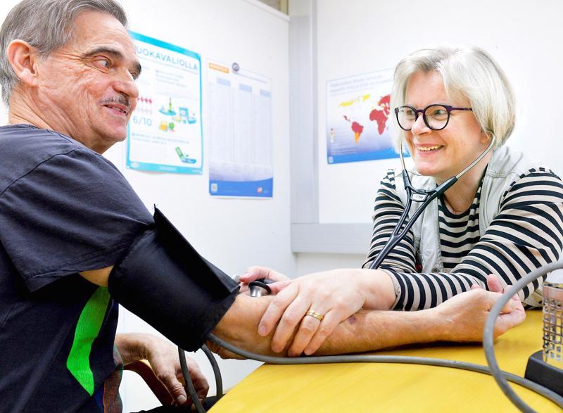 Selänteen vastaava työterveyshoitaja Merja Rautaoja mittaa Jaakko Steinin verenpainetta.