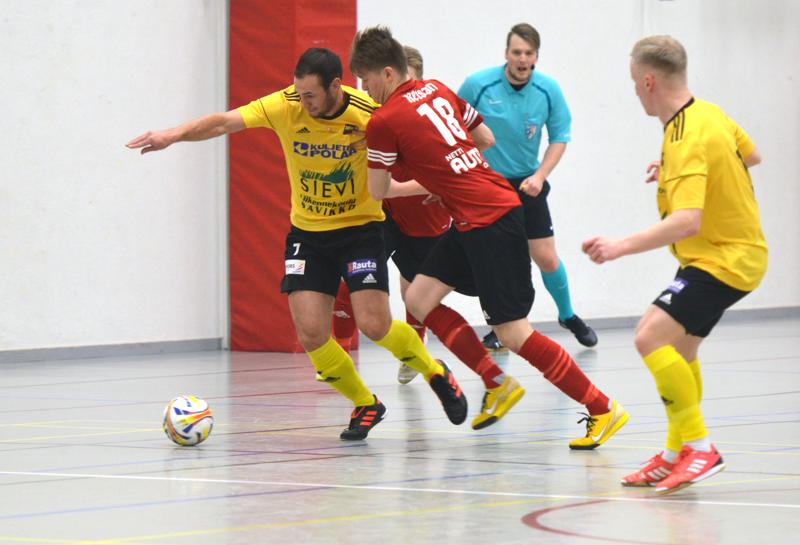Joni Pakola palasi tehokkaana Sievi FS:n vahvuuteen. Pakolan pysäyttämistä yrittävä Kalle Sintonen teki toisen tamperelaisten kavennusmaaleista.