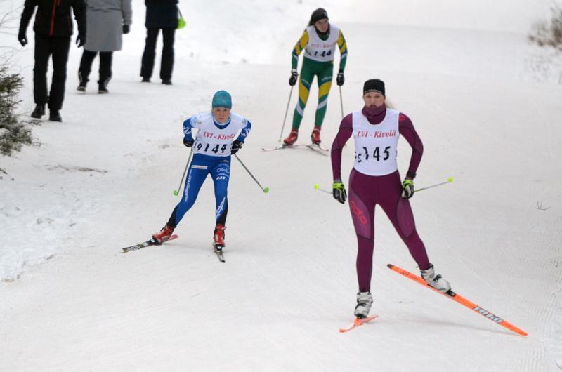Nykyisin Oulun Hiihtoseuraa edustava Anna-Kaisa Saari (149) piti parasta vauhtia naisten kisassa. Etualalla matkaa taittaa N18-sarjassa kisannut Himangan Urheilijoiden Anni Mäkinen.