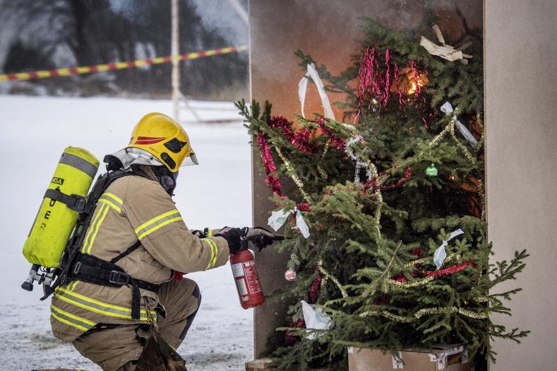 Jos joulukuusi syttyy palamaan esimerkiksi valojen sähkövian vuoksi, on koko huone ilmiliekeissä puolessa minuutissa. Sammutusta vaikeuttaa se, että kuusi on usein sijoitettu nurkkaan tai seinän viereen. Ulkona suoritetussa demonstraatiossa palokaasut pääsevät haihtumaan taivaan tuuliin, mutta tositilanteessa ne täyttäisivät huoneen nopeasti.