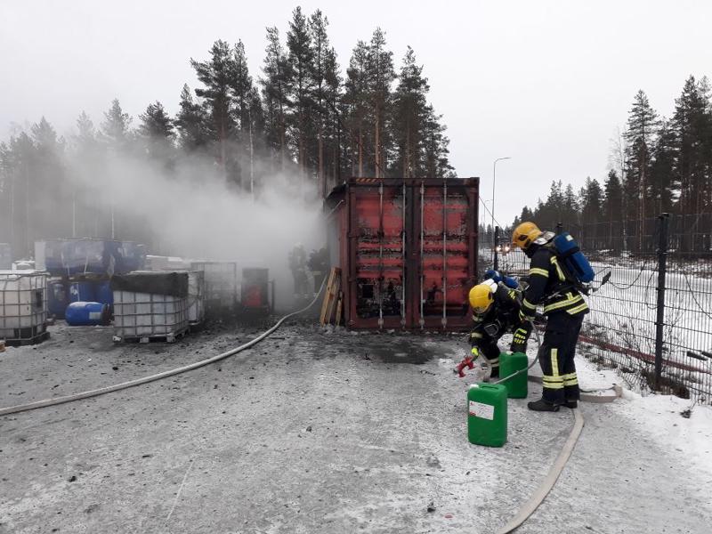 Nivalassa akkutehtaan pihalla paloi kontti. sammutukseen osallistui runsaasti pelastuslaitoksen yksiköitä.