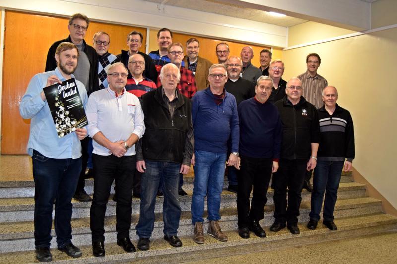 Laulu-Jaakot ryhmittäytyivät kuvaan ennen joulukonsertin harjoitusten alkua. Vasemmalla taiteellinen johtaja Johannes Ahlvik.