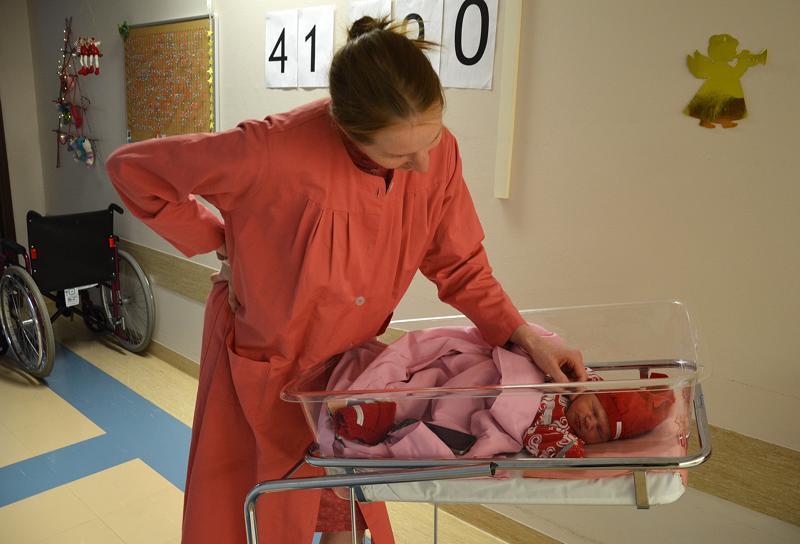 Ylivieskalaisen Rahjan perheen tyttövauva oli yksi viimeisistä syntyneistä Oulaskankaalla. Emmi Rahjan takana oleva vauvaluku näytti lopulta 41 800 vauvaa. Yhtä monta punaista ja sinistä nuppineulaa ehti kertyä korkkitauluun 47 vuoden aikana.