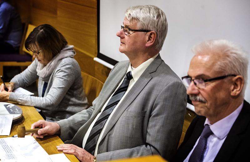 Kirkkovaltuuston puheenjohtaja Pekka Hulkko (keskellä) sai napauttaa historiallisen nuijankopautuksen.