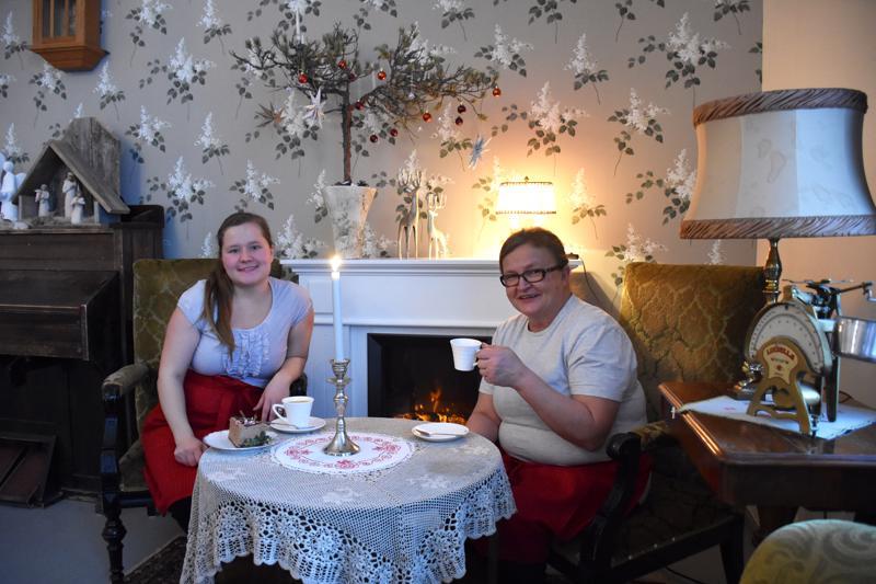 Lotta Nikula ja Merja Nikula pitävät tämän viikon ajan joulukahvilaa Käännänkylän Wanhassa Aapiskukossa.