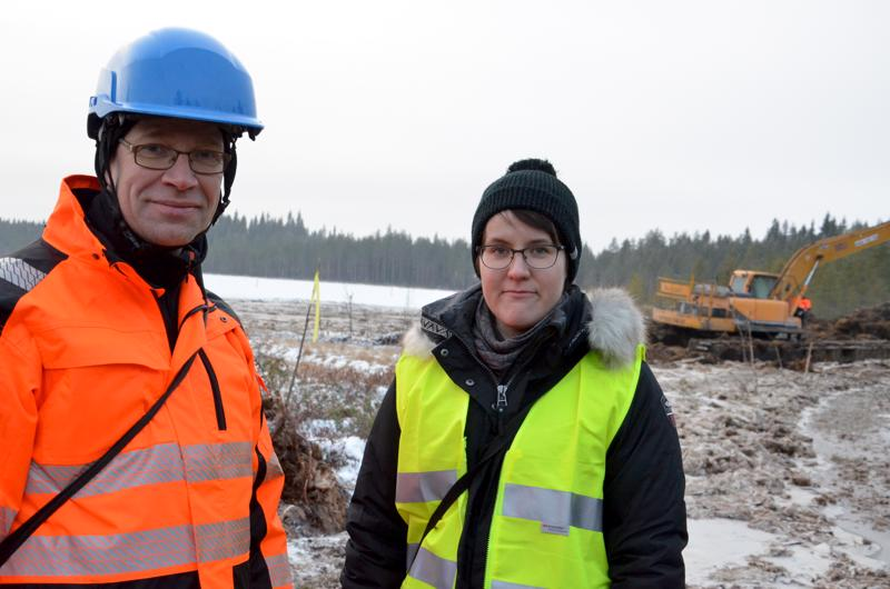Kekajärven kunnostustyömaalla paikan päällä työnjohtaja, suunnittelubiologi Juha Siekkinen ja kaupungin ympäristötarkastaja, ympäristöprojektien työntekijä Laura Liuska.