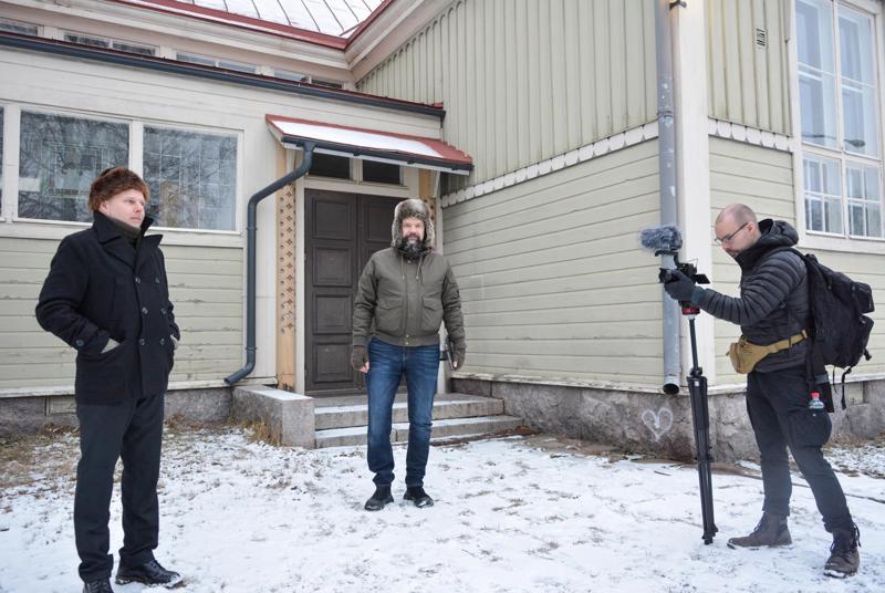 Dokumentin työryhmään kuuluvat näyttelijä Sami Valkonen  (vas.), käsikirjoittaja-ohjaaja Jan Olaussen sekä kuvaaja Johannes Myllymäki.