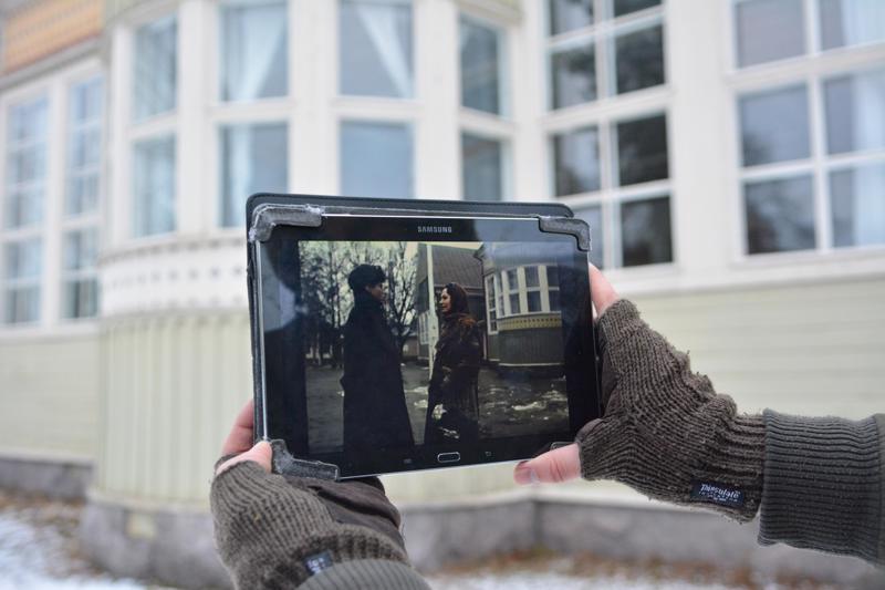 Älä katso kameraan -dokumentissa esitellään vuonna 1981 osittain Kokkolassa kuvatun Hollywood -elokuvan Coming out of the ice -elokuvan kuvauspaikkoja. Kuten kuvasta näkyy, on entisen Pohjoismaisen taidekoulun erkkerin edessä näytellyt myös muun muassa elokuvan päätähti John Savage.
