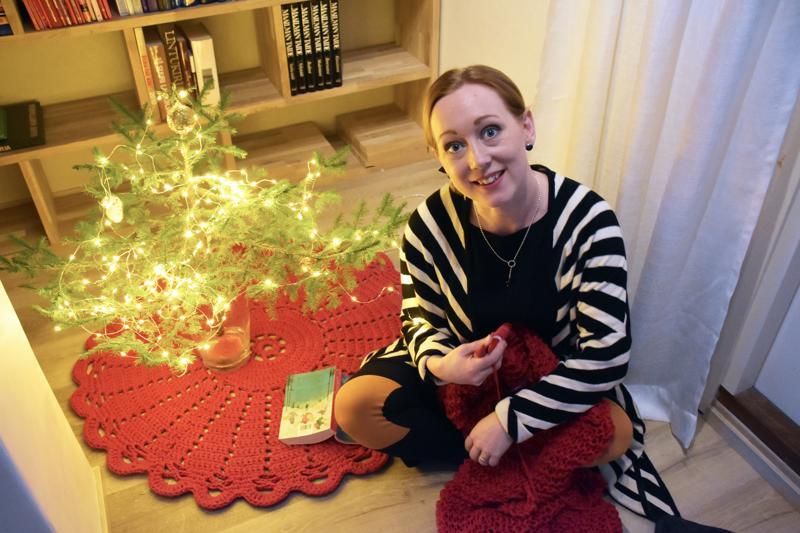 Satu Somero neuloo jouluista torkkupeittoa. Pieni kuusi tuo kotiin joulutunnelmaa jo viikkoja ennen joulua ja oikeaa joulukuusta.