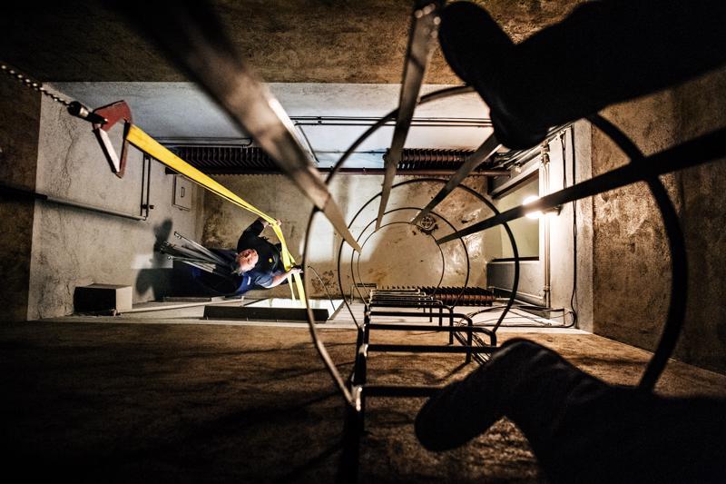 Paloesimies Jani Hohenthal hinaa Kokkolan paloasemalla letkua ylös 1960-luvulla rakennettuun letkutorniin ja joutuu varautumaan siihen, että märkä ja painava letku voi pudota niskaan.