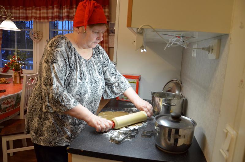 Myyjäisissä ja toreilla leipurityttönä tunnettu kannuslainen Päivi Mattila tekee jouluksi perinteisesti kaksi piparkakkutaloa, toisen kummitytölleen ja toisen entisille naapureilleen. Kuvassa valmistuu talolle tontti.