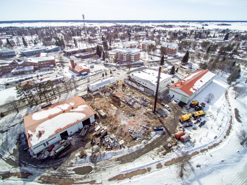 Maisema muuttui keskustassa keväällä kirkon huputtamisen lisäksi muutenkin, kun vanha meijeri purettiin suurimmaksi osin maan tasalle. Alueelle on kaavoitettu useampia nelikerroksisia kerrostaloja.