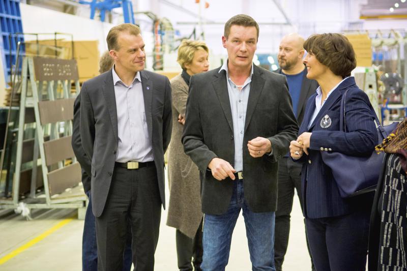 Best Glassin toimitusjohtaja Teemu Ohtamaa (keskellä) oli monessa mukana. Vuoden alussa yrityksessä vierailivat ministeri Anne Berner ja kansanedustaja Juha Pylväs. Toukokuussa yrityksen laajennusta juhlistamassa oli muun muassa pääministeri Juha Sipilä. Loppuvuodesta Best Glass sai Nivalan vuoden yrittäjäpalkinnon.