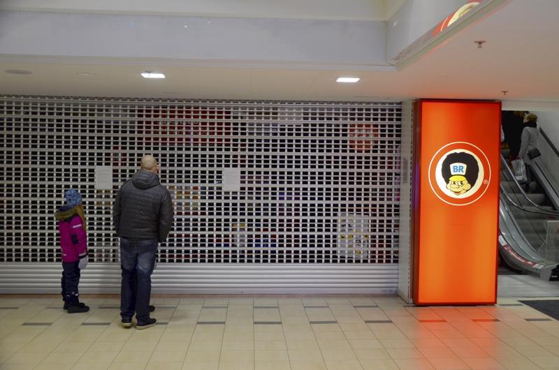 Hämmentyneitä asiakkaita kävi kääntymässä Kokkolan BR-lelukaupan edustalla lauantaina.