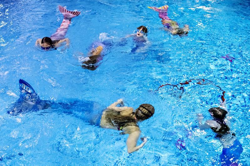 Merenneitouimarit saavat kovaa treeniä keskivartalolle polskiessaan vedessä pyrstöt yllään. Kannukseen tarvittavat välineet hankittiin kesällä, ja sen jälkeen alkeiskursseja on pidetty kaksi.