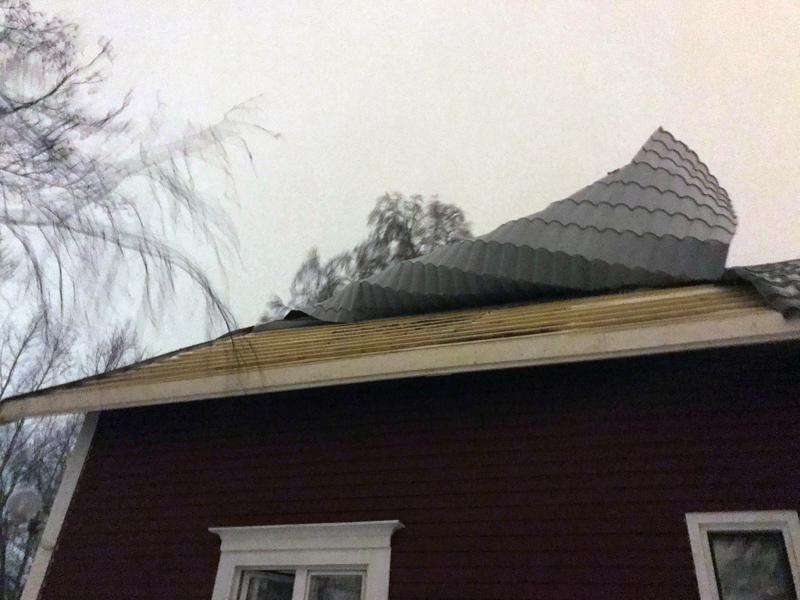 Katto rullautui irti myrskyn voimasta Kokkolassa.