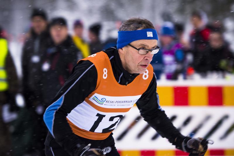 Juhani Kumpusalo vitsaili, että Nivalan taktiikkana oli hiihtää seitsemän osuutta niin hyvin, ettei hän ehtisi pudottaa joukkuetta B-sarjaan. Hyvin onnistui, sillä Kumpusalon jälkeen maaliin tuli vielä pari muuta joukkuetta.
