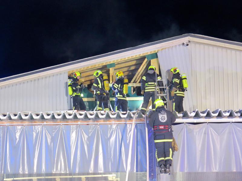 Rakennuksen päätyä katonrajasta on jouduttu purkamaan.