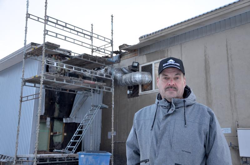 Toimitusjohtaja Petri Lahti-Luopa kertoo, että elementtitehtaan tulipalo sai alkunsa taustalla näkyvän raepuhaltimen jälkisuodattimen liepeiltä. Tarkkaa syttymissyytä ei kuitenkaan tiedetty vielä torstai-iltapäivällä.