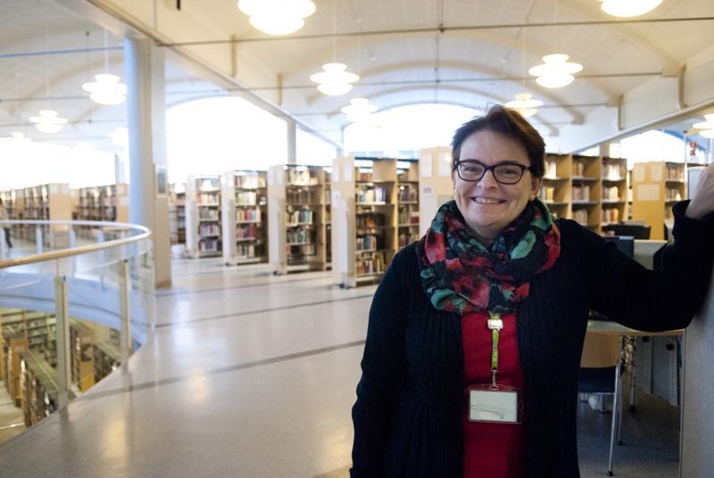 """Kirjastotoimenjohtaja Susann Forsberg kaavailee, että yläkerta voisi jatkossa olla """"hiljainen maailma"""", kun taas alakerrassa voisi järjestää esimerkiksi tapahtumia."""