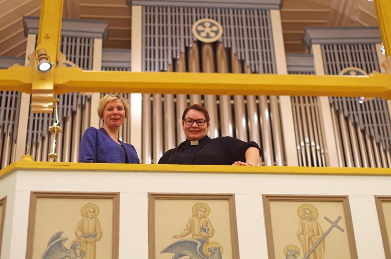 Kanttori Anu Rautio ja kirkkoherra Sanna Jukkola Nivalan kirkon urkuparvella.