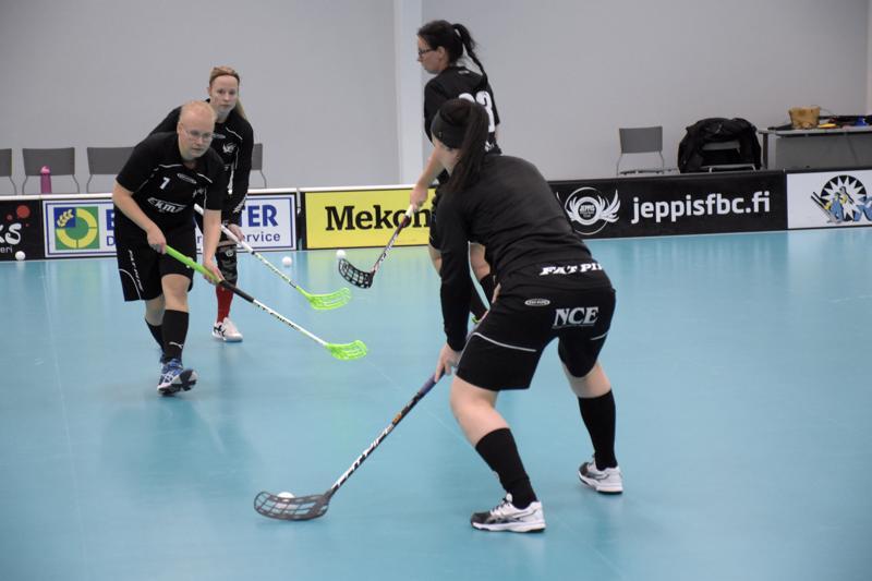 Cecilia Kiisk-Backman (nro 7) sanoo, että naisten joukkueessa on hyvä henki ikäeroista huolimatta.