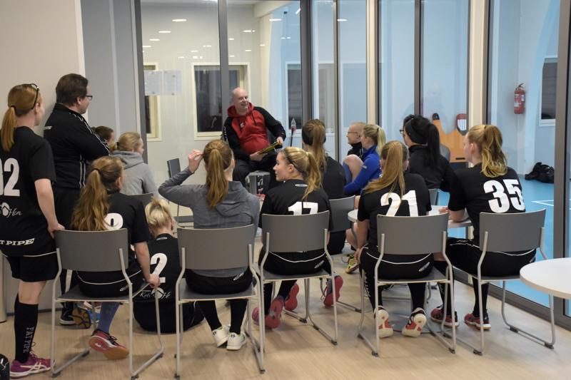 Menossa ottelupalaveri valmistavaan harjoitusotteluun viikonlopun turnausta varten. Markus Åbbin valmentama naisten II-divisioonajoukkue on rakennusvaiheesta huolimatta selvinnyt alkukaudesta kohtalaisesti.