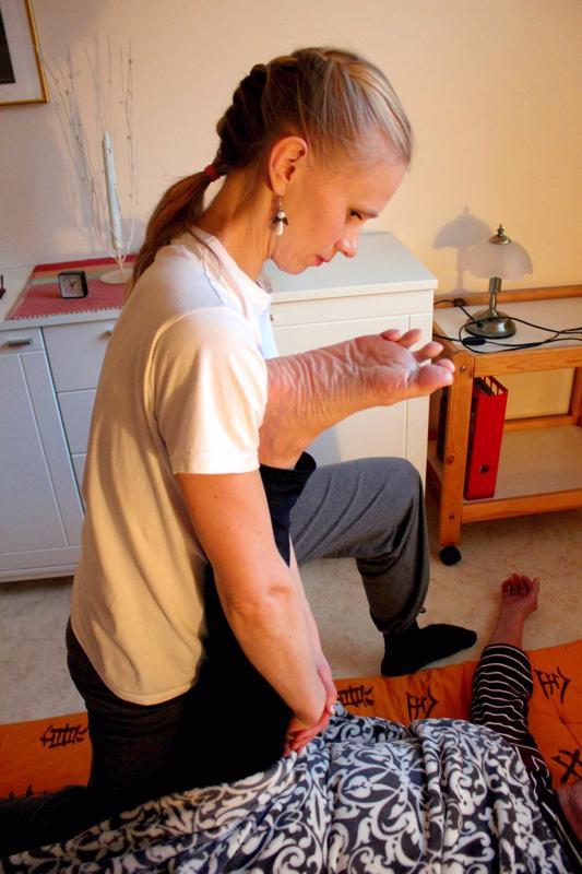 Joogahieronta on terapiamuoto, jossa yhdistyvät sekä itämaiset että länsimaiset tekniikat.