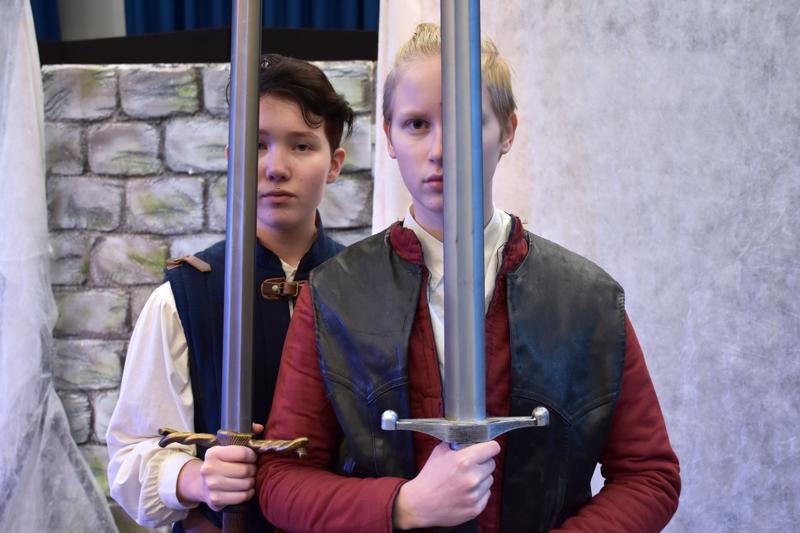 Milja Eeronketo on Banquo ja Venla Krook Macbeth Kalajoen lukion Shakespeare-tulkinnassa.