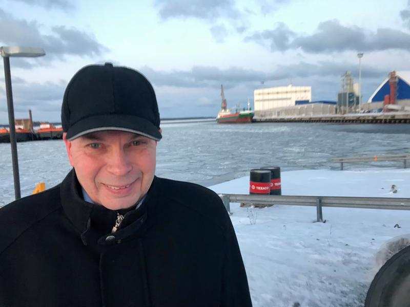 Satamajohtaja Torbjörn Wittingillä on syytä hymyyn: Kokkolan satama on kirinyt jo Suomen kolmanneksi suurimmaksi satamaksi.