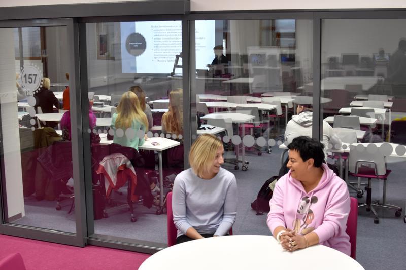 Centria-ammattikorkeakoulun täysin remontoidut tilat vihitään virallisesti käyttöön maaliskuussa. Etualalla opiskelijat Sarita Tiala ja Nina Raitanen.