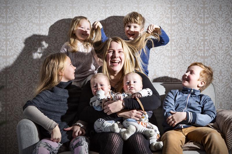Lillin (vas.), Elsan, kaksospoikien Eliaksen ja Iisakin, Kallen ja Aalen äiti, kannuslainen Piia Rautiola pitää tärkeänä, että neuvolan terveydenhoitajien suorat puhelinnumerot palautetaan.