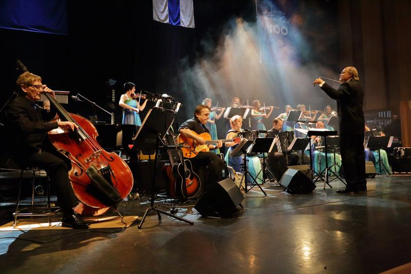 Guardia Nuevan solisteina vierailevat Suuressa viihdekonsertissa Jennie Storbacka ja Mika Pohjonen.
