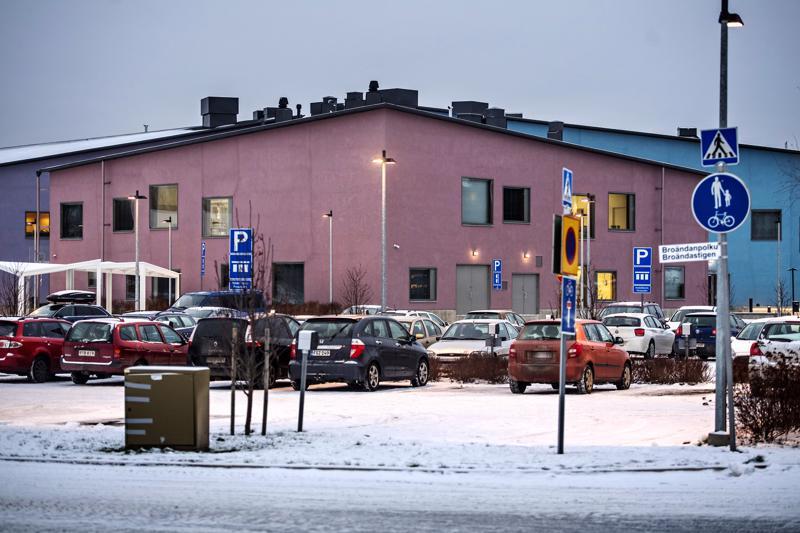 Isokylän koulun laajennus rakennetaan monitoimitalon pysäköintialueen paikalle.