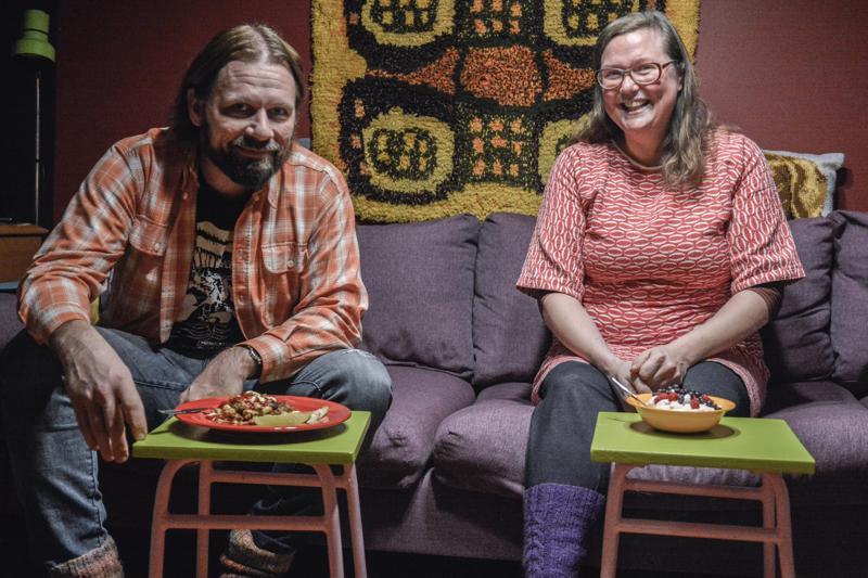 Me syömme melkein aina olohuoneessa television ääressä, hymyilevät Pia Leinonen ja Joni Tiala.