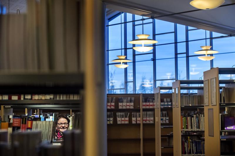 Kokkolan kirjastotoimen johtaja Susann Forsberg toteaa, että kirjasto on moderni laitos, jossa eletään tätä päivää. Silti sen perustehtävä lukutaidon edistäjänä ei ole kadonnut minnekään.