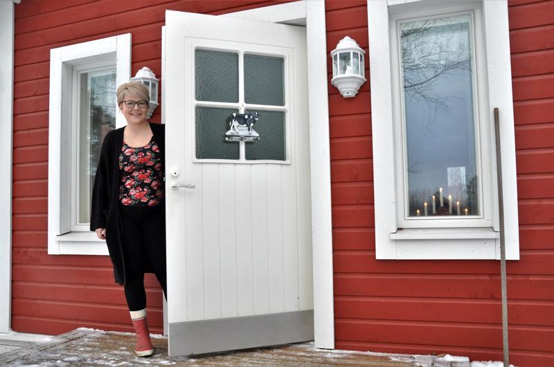 Kotiovelta aukeaa rauhoittava maalaismaisema. Virva Puumala sanoo, että kotipihalla hänet nähdään useimmin jalassaan punaiset kumisaappaat.