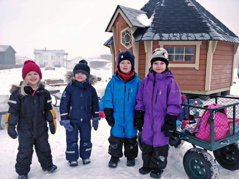 Jolanda, Walter, Nils ja Valentina viihtyvät ulkona koko päivän. Jos  tulee kylmä, pääsee jatkossa lämmittelemään päiväkodin pihassa sijatsevaan upouuteen kotaan.
