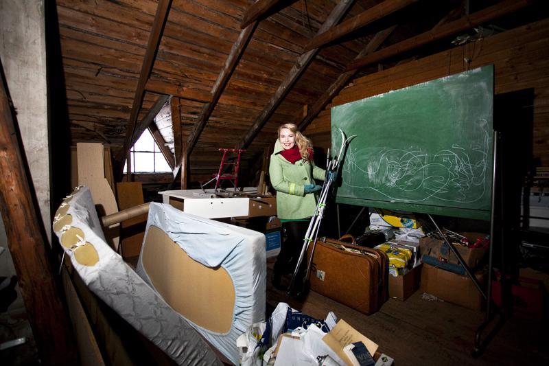 Säästöpankin talon vintti on täynnä muistoja. Venlan tekisi mieli viedä vanhat sukset Tampereelle.